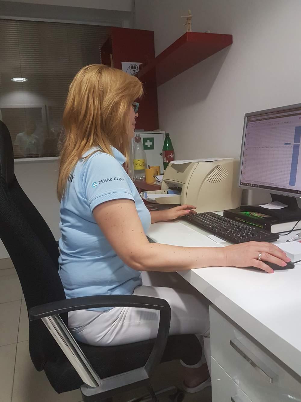 Sedenie pri počítaši